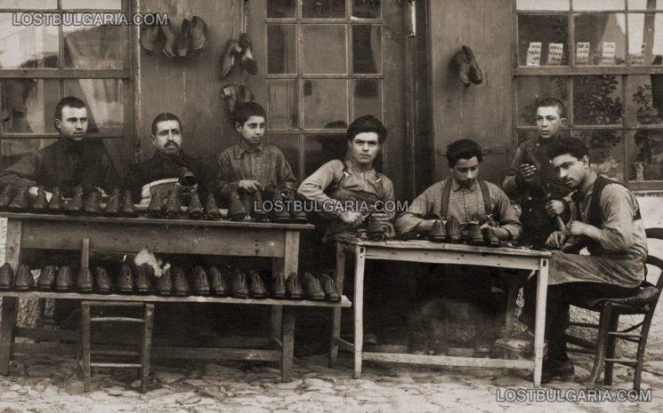Майстор обущар с чираци пред работилницата си, 1924 г.