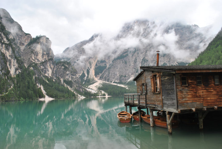Хижа на кокили край езерото Брайес, в Южен Тирол, Италия.