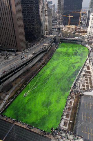 По традиция Градската управа по традиция боядисва в ярко зелено водите на Чикаго ривър от 1961 г. насам. Снимка: Hans (lumilux.org) via Foter.com / CC BY