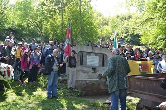 """Христо Данов, председател на """"Комитет за издирване и възстановяване на паметниците на загиналите във войните за национално обединение"""", изнася пред Фердинандовата чешма."""