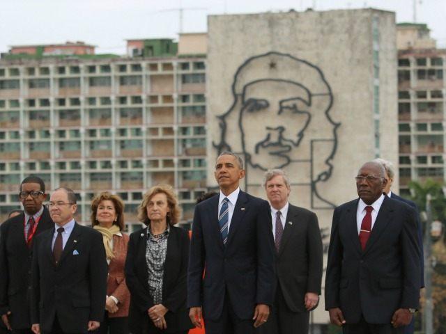 Барак Обама позира пред образа на Че Гевара на фасадата на кубинското вътрешно министерство по време на визитата си в страната през март, 2016 г.
