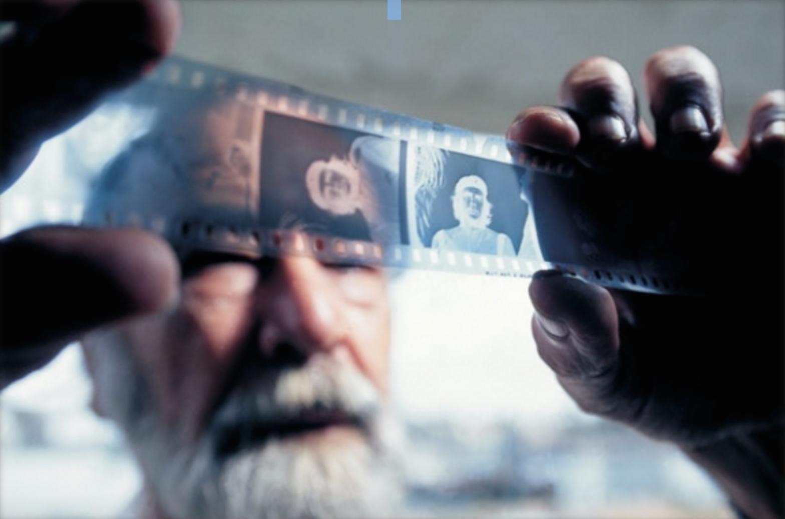 Диаз с негативите на легендарната фотография на Че Гевара.