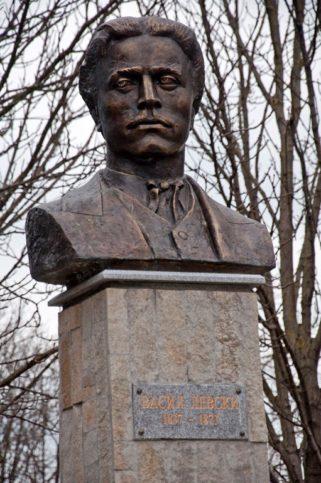 Паметник на Васил Левски в Паркани. Снимка: www.palamar-photo.com