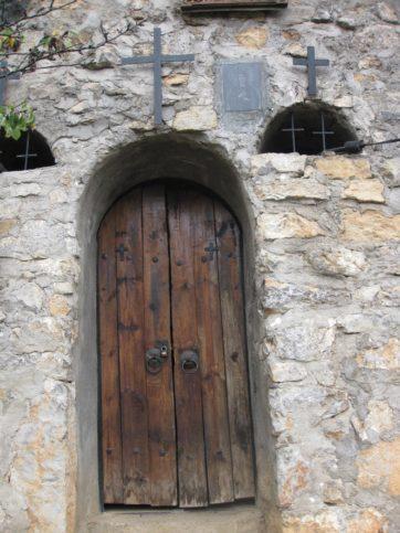 Вход към параклиса на Света Петка в Трън