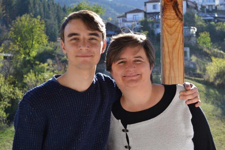 Божидар с майка си.