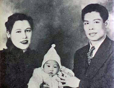 Баща му Ли Хой Чен е звезда на Кантонската опера и често пътува, за да пее в Ню Йорк. Актьорът израства с майка си Грейс