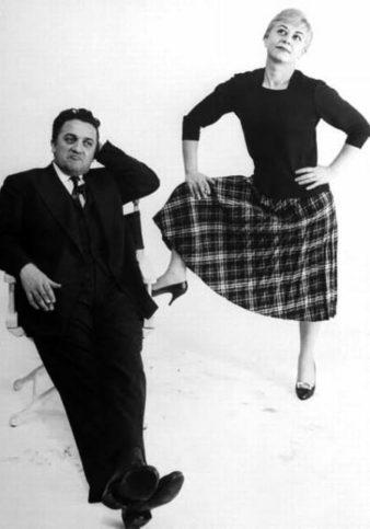 """Режисьорът се жени да Джулиета Мазина през 1943 г. и остават заедно 50 години, докато """"смъртта на раздели"""". Фелини умира ден след петдесетата им годишнина. Имат син, който живее едва месец заради енцефалит. Трагедията оставя дълбок отпечатък в живота им."""