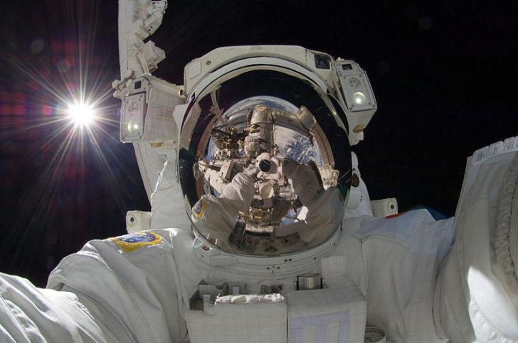 Селфи в открития космос. Снимка: NASA - http://spaceflight.nasa.gov/gallery/images/station/crew-32/html/iss032e025258.html, Public Domain, Link