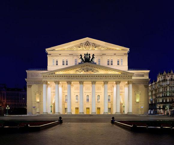 Така изглежда театърът през нощта. Снимка: DmitriyGuryanov - Own work, CC BY-SA 3.0, Link