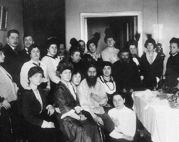 Григорий Распунтин със свои последователи през 1914 г.