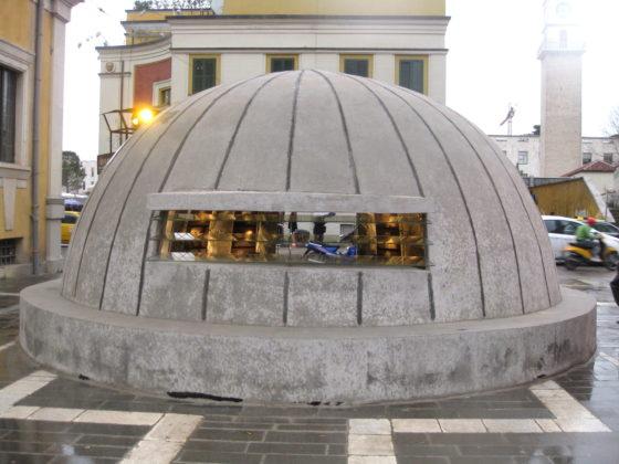 Бункер-музей в центъра на Тирана отвън