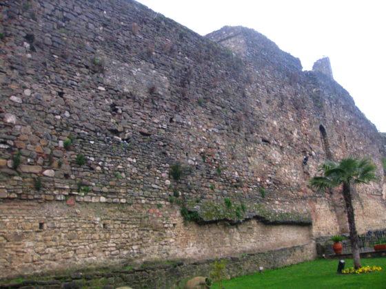 В долната си половина крепостната стена е строена по един начин, а нагоре продължава с коренно различен градеж, крепостта Скампис