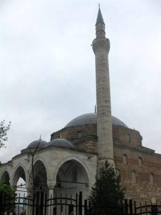 Джамията до църквата с гроба на Гоце Делчев