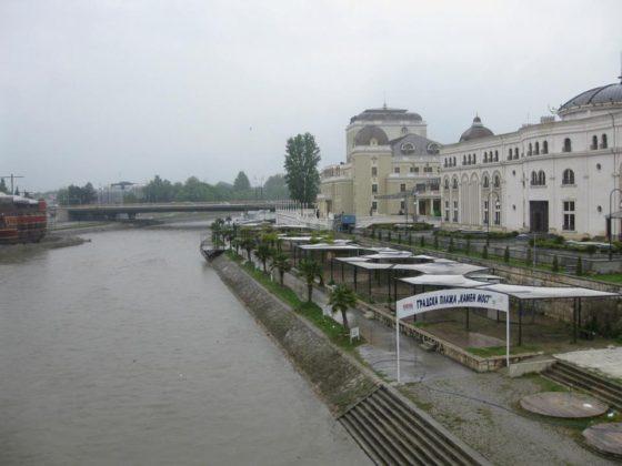 Река Вардар, разделяща старата и новата част на града. Освен това се оказало, че има място и за градски плаж