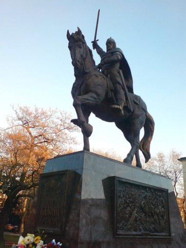 Паметникът на цар Калоян във Варна.
