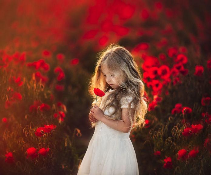 дете с цветя