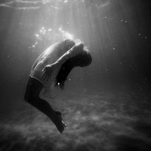 момиче под водата