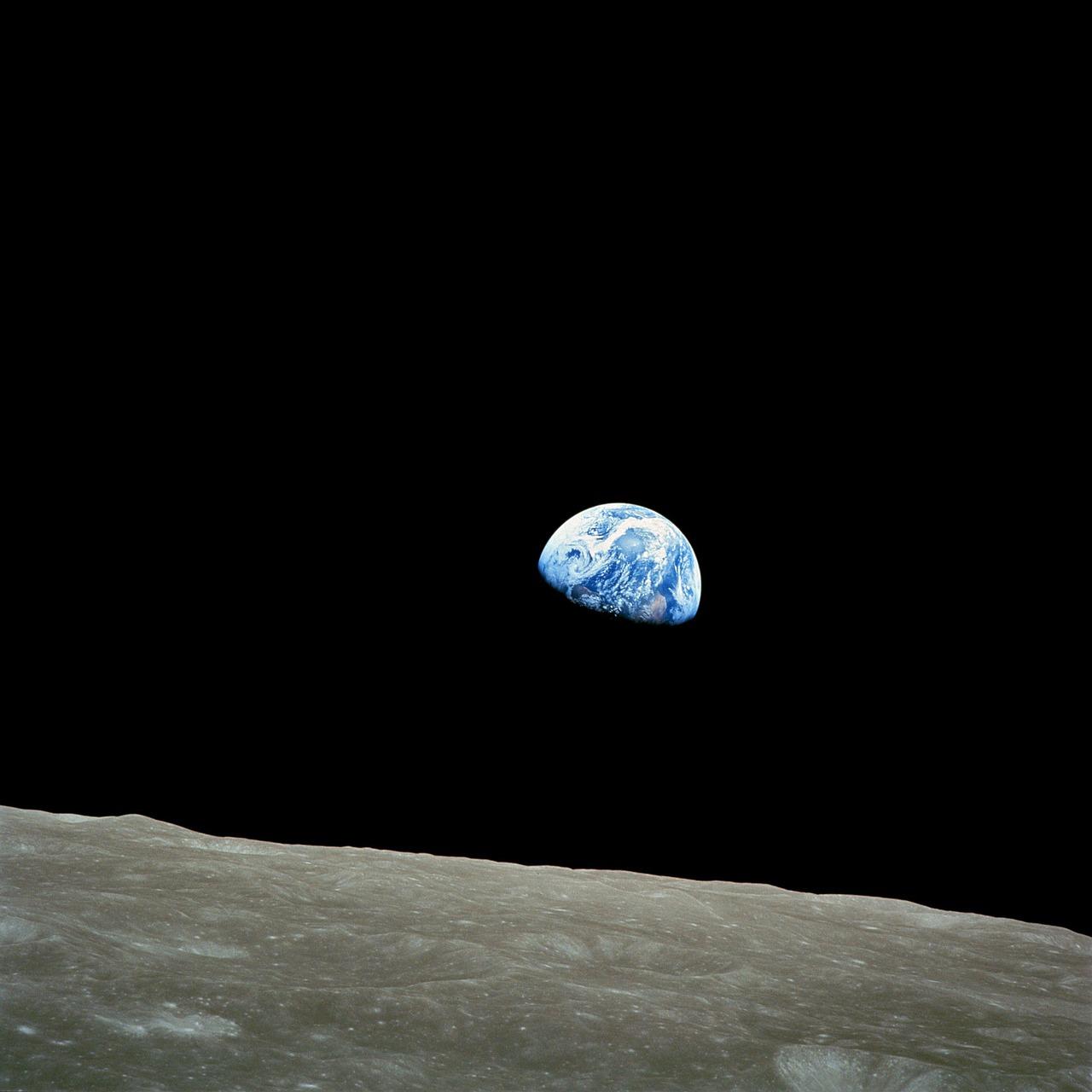 Земята, погледната от Луната