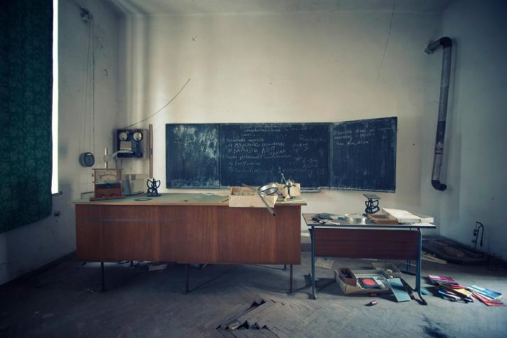 изоставена класна стая