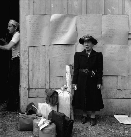 В очакване на автобуса за евакуация. Калифорния, 1942 г.