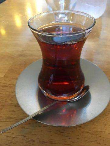 Този чай, сервиран навсякъде точно в тези чашки, се консумира на будката за вестници, в кафенето, преди и след храна и по всяко време на деня. По улицата могат да се видят хора на различна възраст да разбъркват чая си с лъжичка. Доста тонизираща напитка.