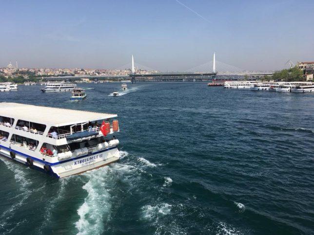 Едно от корабчетата, които превозват пътници по Босфора.