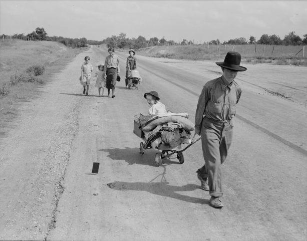 Семейство с пет деца, което върви по магистралата.