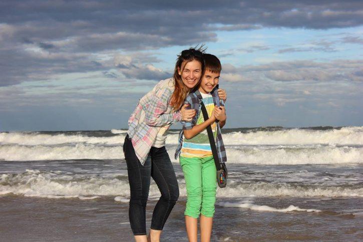 Мария със сина си на брега на Атлантическия океан във Флорида по време на специализацията си в САЩ